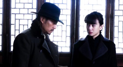 三林看人跳舞便也要和宋雅娟试试,宋雅娟在三林耳边说带自己跑吧.