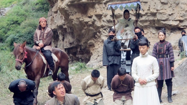 王小红和梅贤祖在梅家祠堂前叩首,梅乙鹤安详去世.